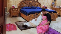 <p>Kamar tidur Zaskia bernuansa putih dan gold nih, Bunda. Tak hanya itu, tempat tidur dan berbagai perabot lainnya terlihat sangat klasik dengan bahan utama kayu. (Foto: Instagram: @zaskia_gotix)</p>