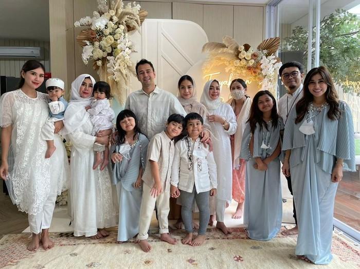 Sederhana dan penuh khidmat, akhirnya acara tasyakuran Raffi dan Gigi telah selesai. Selanjutnya prosesi dilanjutkan dengan sesi foto bersama keluarga besar. (Foto: Instagram.com/RaffiNagita1717)