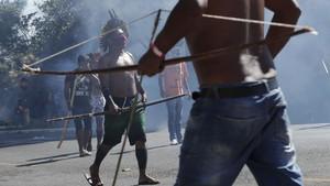 FOTO: Desing Panah Suku Hutan Amazon Lawan Polisi Brasil