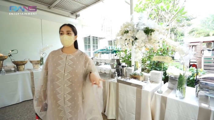 Walau sederhana, Raffi dan Gigi tetap menyajikan santapan yang beragam. Mulai dari makanan tradisional hingga internasional, ditemukan di acara Sultan Andara yang satu ini, Ladies. (Foto: Youtube.com/RansEntertainment)