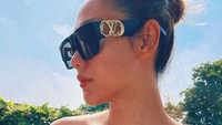 <p>Tak hanya memakai busana stylish, Bunga Citra Lestari juga melengkapi penampilan dengan kacamata hitam bermerek Louis Vuitton. Tetap mewah meski cuma di rumah nih! (Foto: Instagram: @bclsinclair)</p>