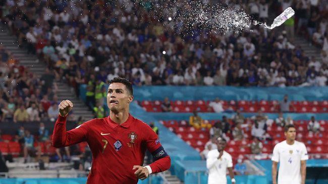 Cristiano Ronaldo dilempar botol Coca-cola pada pertandingan Portugal vs Prancis dalam lanjutan laga Grup F Euro 2020 (Euro 2021).