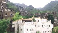 <p>Pemandangan di sekitar Rijal Alma adalah perbukitan terjal yang indah. Di antara lereng-lereng bukit, ada beberapa bangunan dengan desain serupa yang dikelilingi pepohonan hijau. (Foto: YouTube Sahabat Salam)</p>