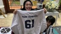<p>Jaket tersebut dilengkapi dengan logo EXO. Di bagian belakang, jaket juga dicetak dengan tulisan Park Chanyeol yang merupakan rapper dari grup tersebut. (Foto: Instagram: @dianayulestari)</p>