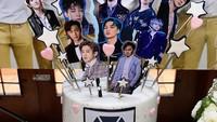 <p>Tidak tanggung-tanggung, Omesh juga menyiapkan kue yang dihiasi dengan pernak-pernik EXO. Dian sangat menyukai boyband besutan SM Entertainment itu. (Foto: Instagram: @dianayulestari)</p>