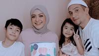 <p>Richa melahirkan putra pertamanya pada tahun 2010 yang diberi nama Muhammad Adilla Rafisya Iskak. Sementara putrinya lahir pada tahun 2017 dan diberi nama Taqya Zahra Mikaela Iskak. (Foto: Instagram: @richaiskak)</p>