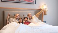 <p>Saat bulan Ramadhan lalu Gary dan Richa bahkan menyempatkan diri untuk berlibur bareng anak nih, Bunda. Terlihat kebahagiaan terlukis pada wajah keluarga yang satu ini. (Foto: Instagram: @richaiskak)</p>