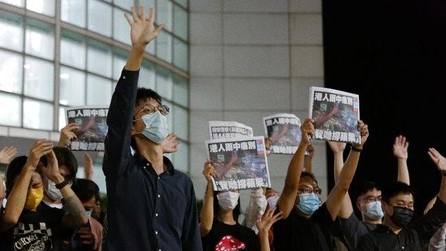 Surat kabar prodemokrasi Hong Kong, Apple Daily, akhirnya menerbitkan edisi terakhirnya hari ini setelah penggerebekan polisi pekan lalu.