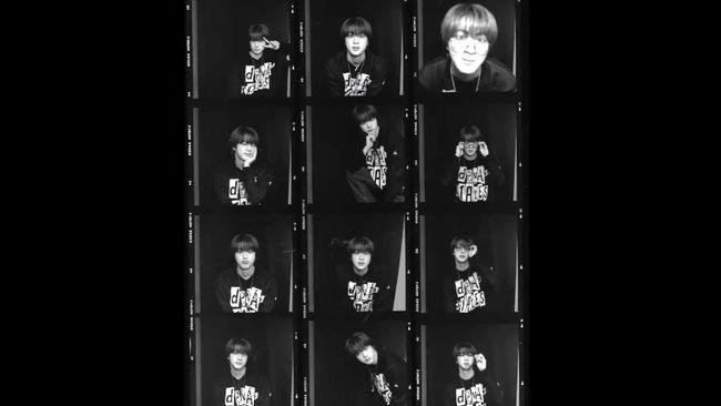 Personel BTS Kim Seok-jin atau lebih dikenal Jin, mengenakan sweter produk Indonesia dalam video promosi Butter versi CD.