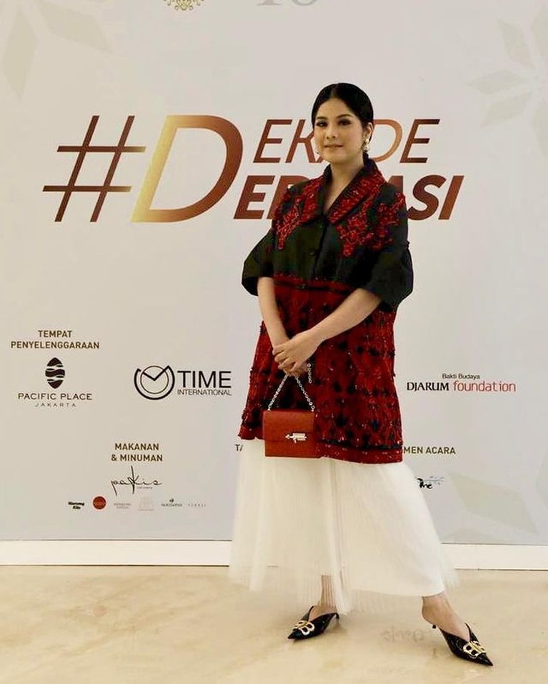 Tak hanya artis Tanah Air yang kerap memakai tas mahal. Berikut ini adalah koleksi tas mahal anak dan menantu Presiden Indonesia!
