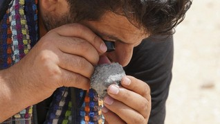FOTO: Pemburu Meteorit Maroko Jelajahi Padang Pasir
