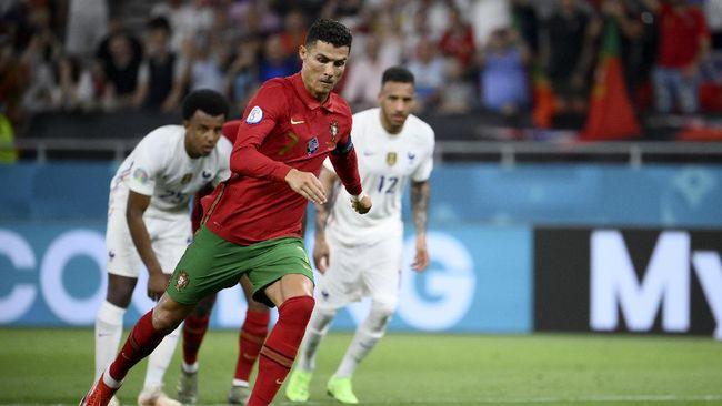 Kapten Portugal, Cristiano Ronaldo berhasil menyamai rekor gol legenda Iran, Ali Daei usai dua kali membobol gawang Prancis di Euro 2020 (Euro 2021).