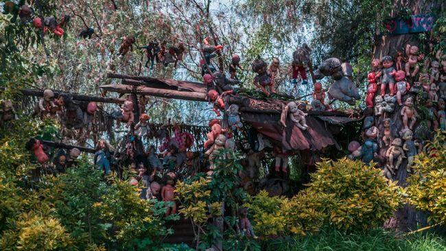 Ratusan boneka digantung di pepohonan pulau ini, melahirkan pemandangan yang membuat orang bergidik ngeri.