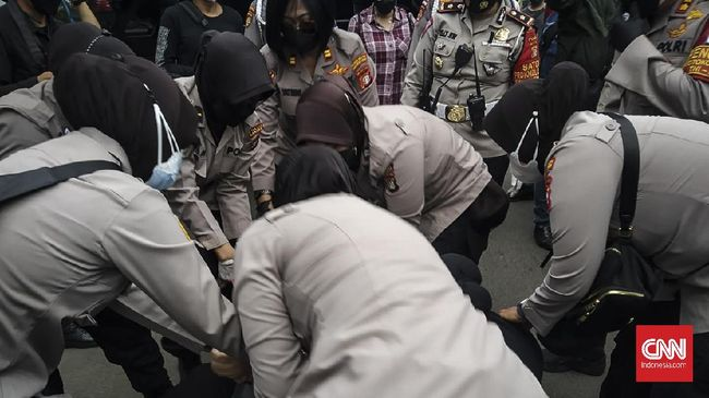 Puluhan simpatisan Rizieq Shihab diangkut polisi ke dalam mobil Korps Brimob. Mereka sempat menolak, bahkan ada yang mengaku pengacara. Selawat pun berkumandang