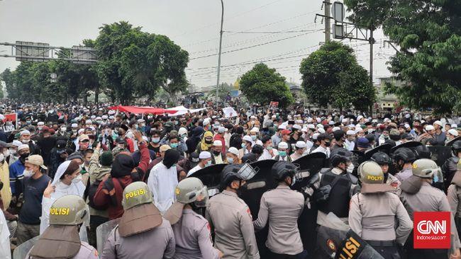 Polisi menyatakan empat orang simpatisan Rizieq Shihab reaktif COvid-19. Mereka dites antigen di Polres Jakarta Timur usai ditangkap polisi.