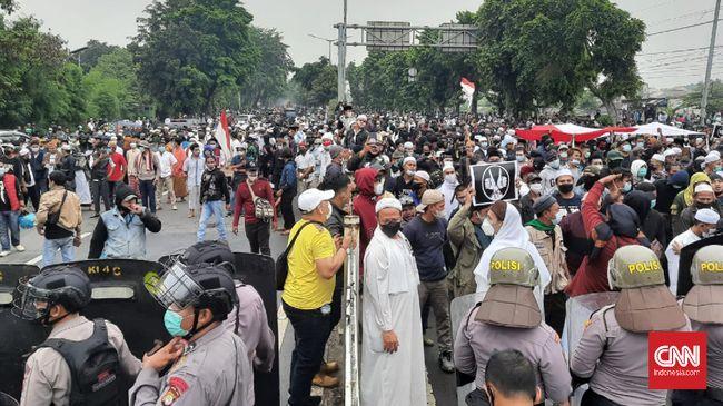 Polisi menarik mundur pasukan dan sejumlah kendaraan lapis baja ke Fly Over Cakung karena massa pendukung Rizieq mengepung polisi.