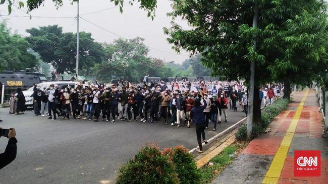 Polisi dan massa pendukung Rizieq Shihab terlibat bentrok di Jalan I Gusti Ngurah Rai, Jakarta Timur, tak jauh dari arena sidang vonis Rizieq.