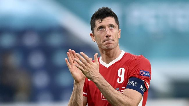 Penyerang timnas Polandia, Robert Lewandowski meneteskan air mata selepas timnya kalah dari Swedia di babak penyisihan Grup E Euro 2020.