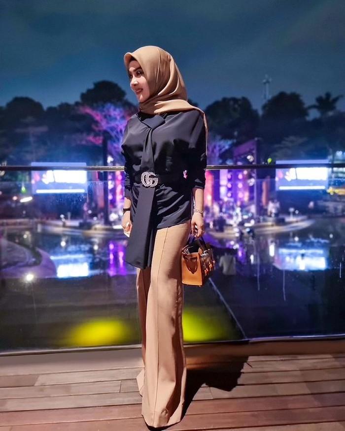 Syahrini mengaku dirinya sekarang lebih memikirkan akhirat dan mengurangi kegiatannya di atas panggung. Menggunakan blouse hitam, belt, dan dengan hijab diikat rapi ke belakang, ia tampak elegan. (Foto: instagram.com/princessyahrini)