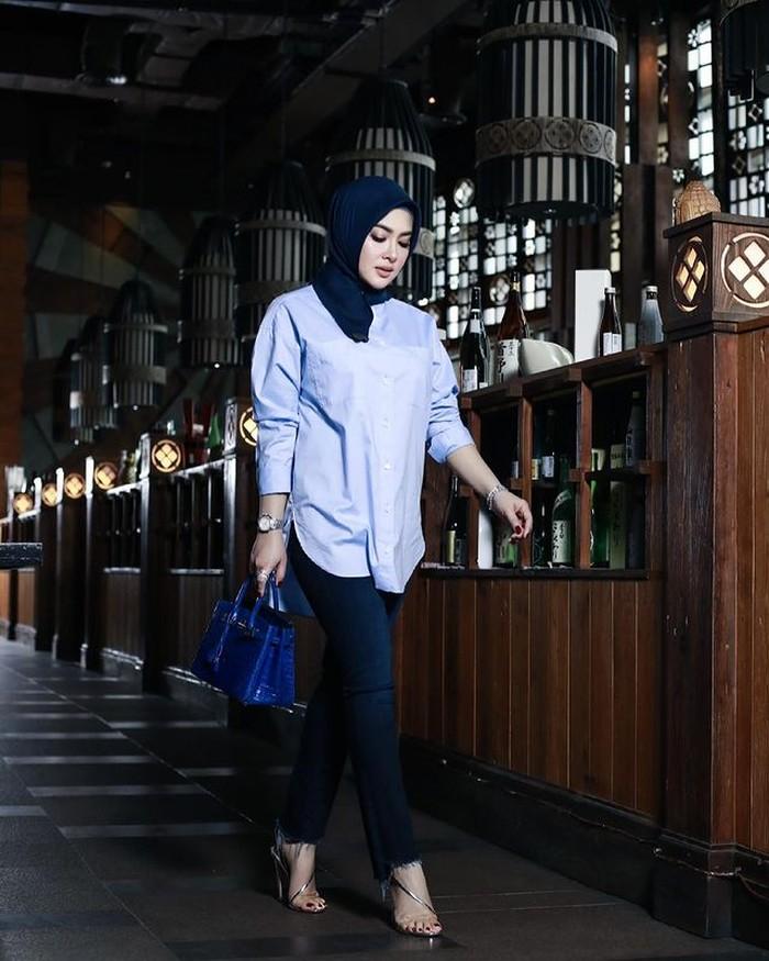 Syahrini menggunakan hijab dengan brand sendiri, Fatimah Syahrini. Ia mengatakan berhijab adalah sebagai bagian dari proses pendewasaannya.(Foto: instagram.com/princessyahrini)