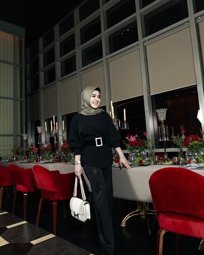 Syahrini terlihat hadir dalam pembukaan salah satu restoran milik suaminya, Reino Barack, di Jakarta. Menggunakan outfit serba hitam, Syahrini terlihat begitu cetar. Setuju, Ladies? (Foto: instagram.com/princessyahrini)