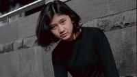 <p>Saat pertama kali bertemu di Stasiun Sudirman, Jakarta, Taufik hanya ingin memotret Amel karena manis. Namun, saat Amel membuka masker, Taufik pun terkejut karena Amel sangat mirip dengan Nike Ardilla. (Foto: Instagram: @melamilia)</p>