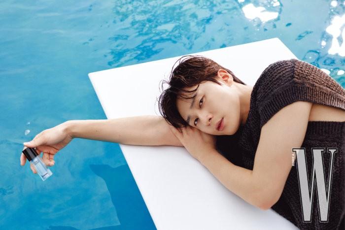 Bicara soal karier, baru-baru ini Park Seo Joon merayakan 10 tahun debutnya. Ia cukup kaget menyadari sudah selama ini berkarier. Kedepannya, Park Seo Joon ingin bisa menambah skill dengan belajar keahlian baru / foto: wkorea.com