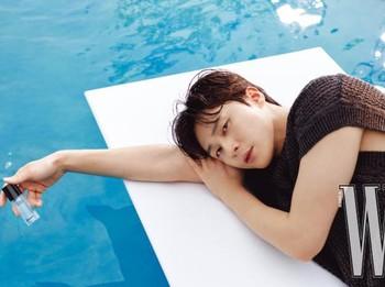 Ketika ditanya hal apa yang ia minati selain akting, Park Seo Joon dengan polos menjawab kalau ia ingin bisa menikmati waktu istirahat yang baik. Selama berkarier ia selalu sibuk dan hampir tidak pernah menikmati liburan / foto: wkorea.com