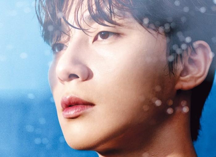 Bukan terkena rintik hujan, percikan air yang mengenai wajah Park Seo Joon berasal dari Hydra Beauty Essence Mist. Produk ini dapat digunakan setelah make up, dan langsung mengunci kelembaban wajah / foto: wkorea.com