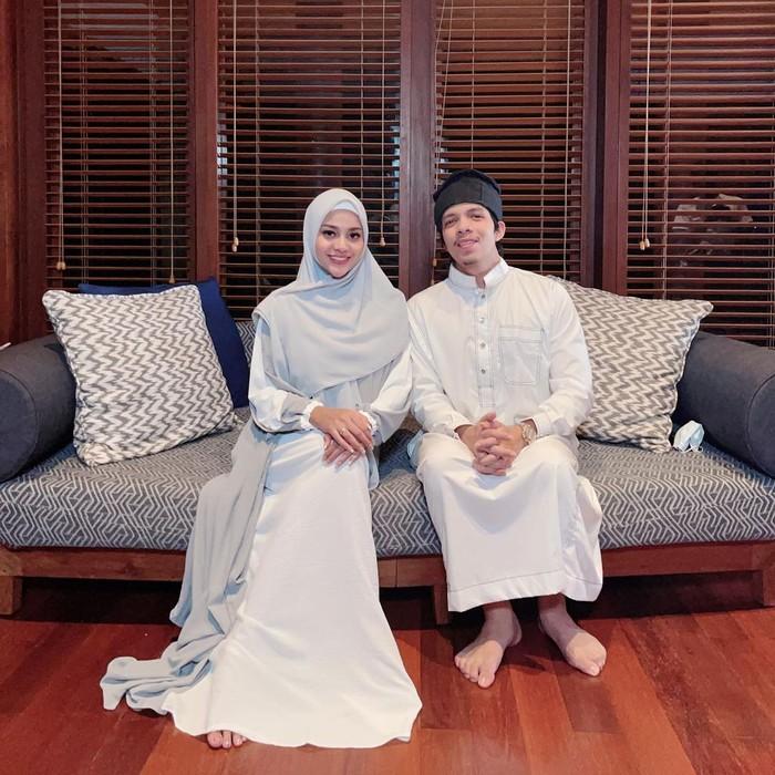 Di Hari Raya Idul Fitri, anak sulung Anang Hermansyah ini mengenakan gamis berwarna putih-abu dan hijab berwarna abu-abu. Sederhana memang, namun penampilan Aurel ini pun memancarkan aura kelembutannya. (Foto: Instagram.com/aurelie.hermansyah)