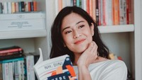 <p>Bintang film <em>Ada Apa Dengan Cinta?</em> memiliki rak buku raksasa di ruang perpustakaan rumah. Dian sangat gemar mengisi waktu luang dengan membaca, Bunda. (Foto: Instagram: @therealdisastr)</p>