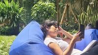 <p>Dian Sastrowardoyo sesekali berjemur di halaman rumahnya sambil bersantai di atas bean bag. Relax banget, nih. (Foto: Instagram: @therealdisastr)</p>