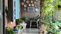 <p>Di sudut teras, rumah Dian Sastrowardoyo tampak asri dengan aneka tanaman hias. Ia juga memajang deretan piring antik di bagian tembok. (Foto: Instagram: @therealdisastr)</p>