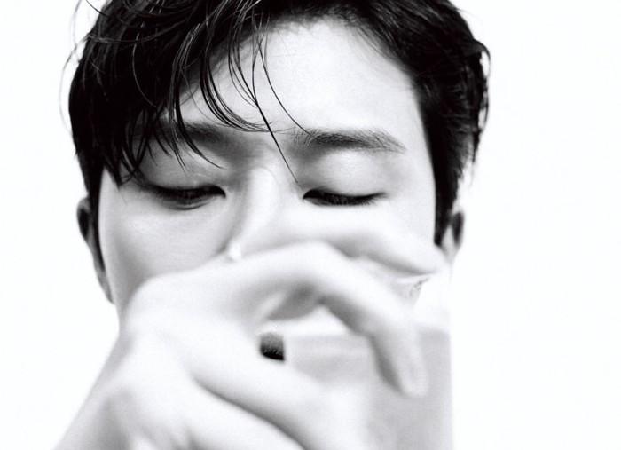 Foto ini Park Seo Joon memegang segelas air dingin, yang dapat menyegarkan dahaga. ini merupakan simbol dari Chanel Hydra Beauty Micro Liquid Essence, yang dapat mengembalikan vitalitas dan kelembaban kulit dengan cepat / foto: wkorea.com