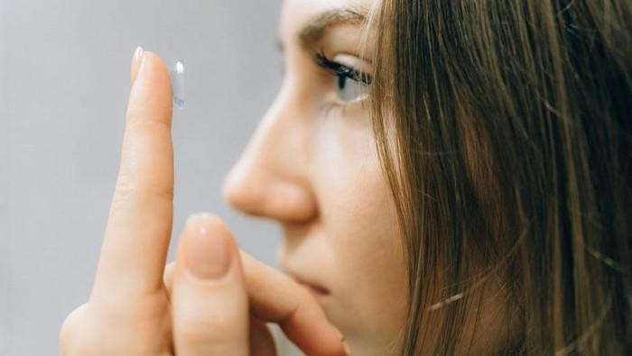 Sering Pakai Softlens? Perhatikan 6 Hal Ini untuk Tetap Jaga Kesehatan Mata