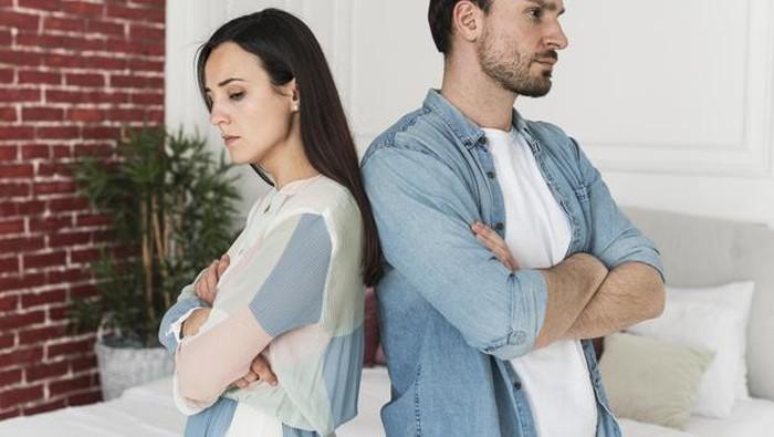 5 Tanda Pasangan Tidak Mencintai Lagi, Kamu Meski Peka!