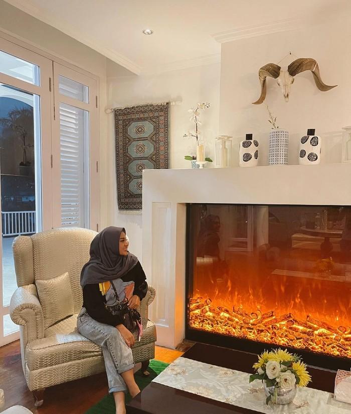 Malas ribet? Coba pakai outfit rumahan ala Aurel yang satu ini, di mana ia memadukan sweater dan jeans. Tak lupa, hijab segi empat yang sederhana. Bagaimana, anti ribet sekali, bukan? (Foto: Instagram.com/aurelie.hermansyah)