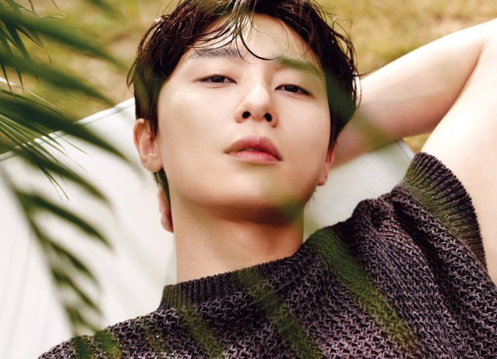 Menurut Park Seo Joon, merawat kulit adalah sebuah kewajiban. Awalnya ia ragu untuk mencoba skincare. Namun pekerjaannya sebagai aktor menuntut dirinya untuk menjaga penampilan / foto: wkorea.com