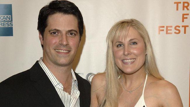 Sutradara Nick Guthe mengungkapkan kematian tragis istrinya Heidi Ferrer karena 13 bulan tak sembuh dari gejala long Covid.