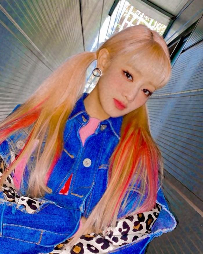Ombre di antara helaian rambut blondenya makin cerah dengan campuran warna merah muda, kuning dan oranye. Potongan warna-warna tersebut tetap cocok dengan Minnie dengan gaya rambut dikuncir duanya/Sumber/Instagram.min.nicha.