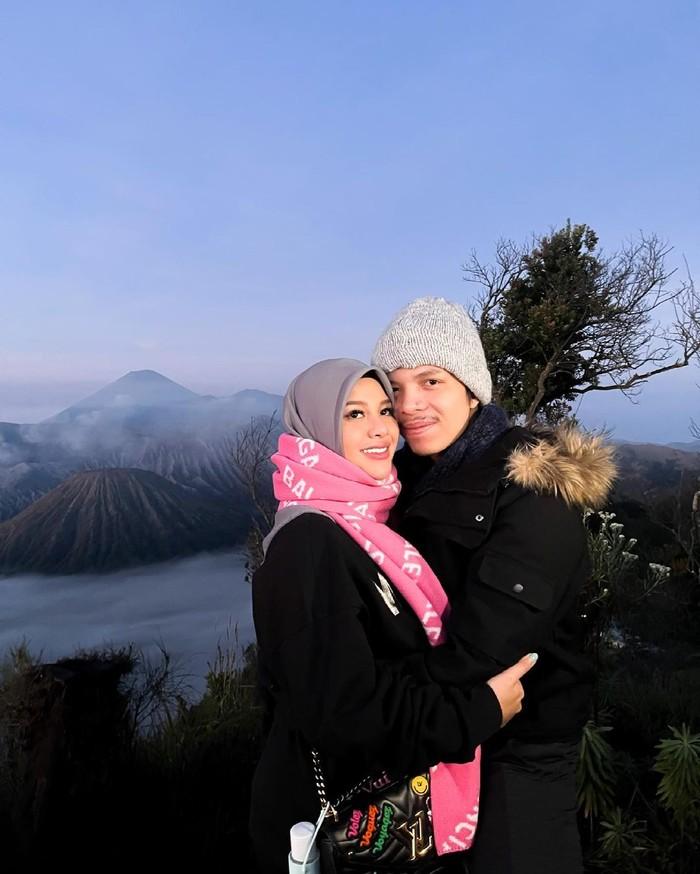 Setelah menikah dengan Atta Halilintar, kini penampilan Aurel Hermansyah semakin terlihat cantik dengan hijabnya. Berbagai potret dirinya yang tengah memakai hijab pun dibagikan di laman Instagram pribadinya. (Foto: Instagram.com/aurelie.hermansyah)