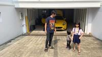 <p>Di awal 2020, Rian D'Masiv pindah ke daerah tersebut untuk menghindari banjir. Rumah mewahnya dilengkapi dengan garasi luas untuk menyimpan mobil pribadi. (Foto: Instagram: @rianekkypradipta)</p>
