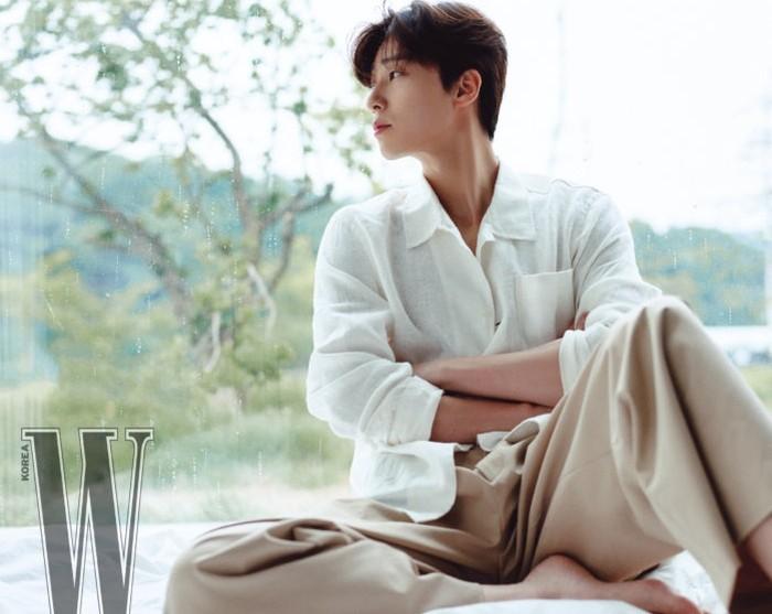 Selain pemotretan, Park Seo Joon juga melakukan promosi bersama Chanel melalui akun Youtube. Sebenarnya ia tidak begitu paham dengan produk kecantikan. Ia bisa menjelaskan secara alami, karena menggunakan produk tersebut setiap hari / foto: wkorea.com