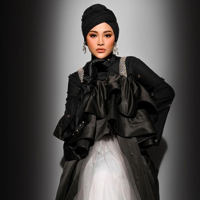 Seperti salah satu potretnya ini, ia terlihat cantik dan memukau ketika melakukan pemotretan dengan nuansa hitam glamour bersama Rio Motret. Kali ini ia menggunakan turban yang dipadu dengan dress hitam. (Foto: Instagram.com/aurelie.hermansyah)