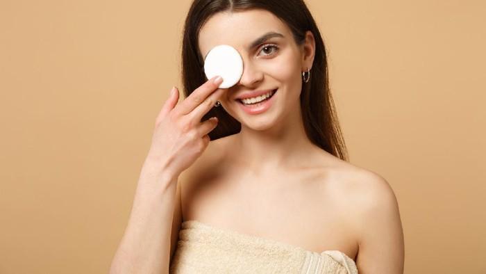 7 Kesalahan Membersihkan Makeup di Area Mata yang Bisa Sebabkan Iritasi