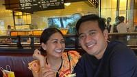 <p>Brotoseno juga kerap mengajak sang istri menikmati <em>quality time</em> dengan makan di restoran ketika hamil. Ia sangat memanjakan Tata Janeeta nih. (Foto: Instagram: @tatajaneetaofficial)</p>