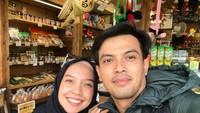 <p>Temmy Rahadi juga sering mengajak istrinya melakukan selfie ketika sedang jalan-jalan. Nempel terus nih, Bunda! (Foto: Instagram: @temmyrahadi99)</p>