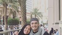 <p>Temmy Rahadi juga sudah pernah mengajak sang istri beribadah ke Tanah Suci. Potret mereka ketika Umrah terlihat sangat hangat, Bunda. (Foto: Instagram: @temmyrahadi99)</p>