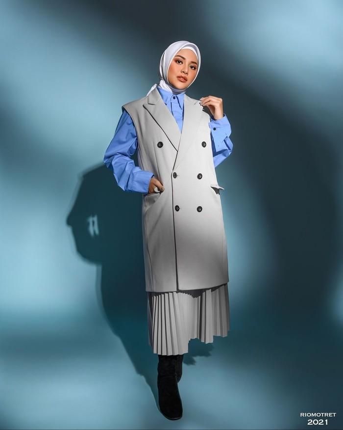 Untukmu yang ingin tetap terlihat cantik dengan hijab tanpa menunjukkan lekuk tubuh, dapat mencoba referensi outfit ala pemotretan Aurel Hermansyah ini. Dalam foto tersebut, ia memadukan kemeja, long coat, dan rok plisket. (Foto: Instagram.com/aurelie.herman
