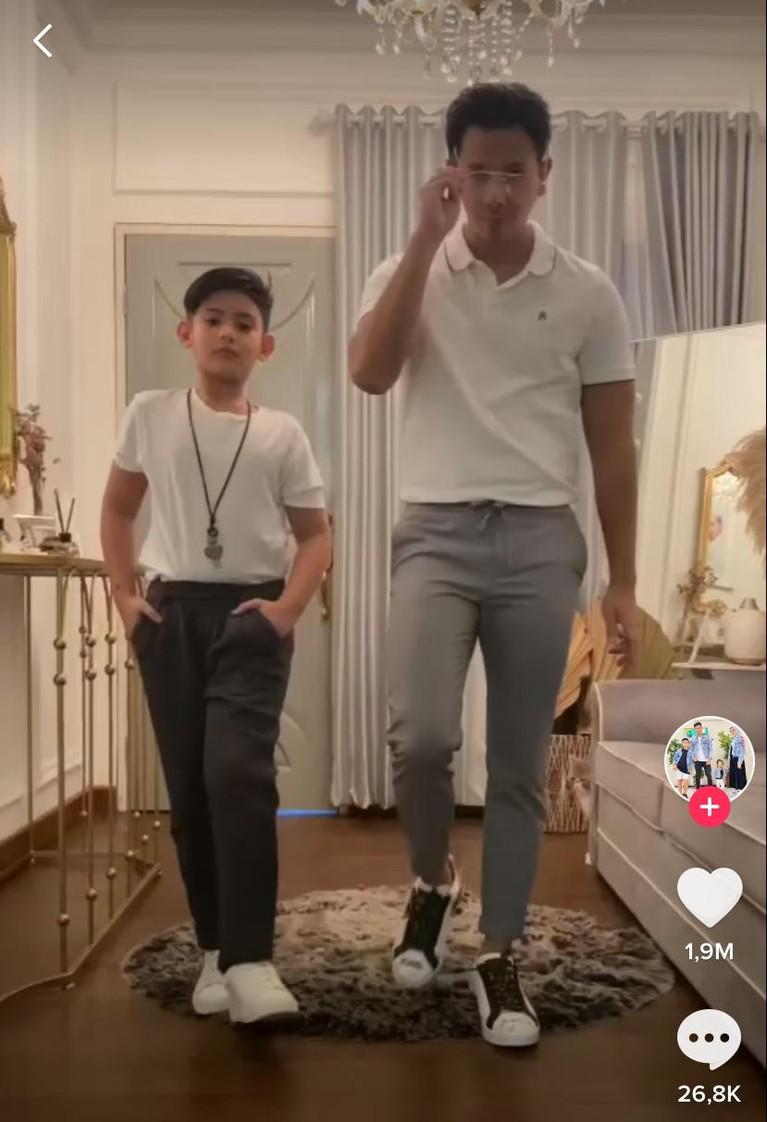 Sonny Septian ayah sambung dari King Faaz disebut makin mirip dengan putranya itu. Yuk kita intip potret kompak style outfit mereka!